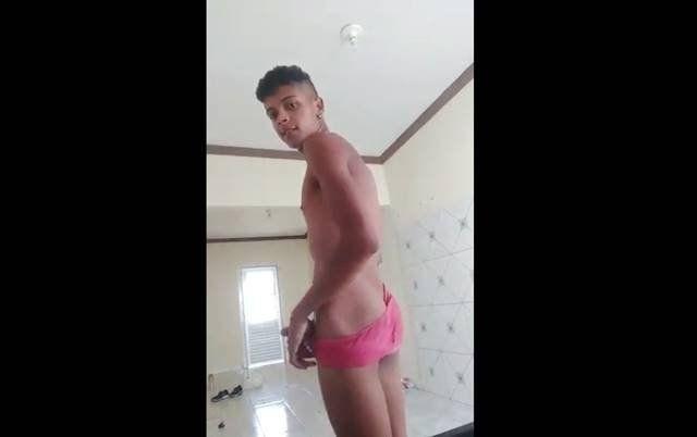 Roludo novinho brasileiro de rola dura e gozando