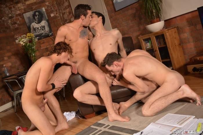 Sexo grupal entre amigos gostosos e novinhos