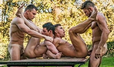 Vídeo suruba entre homens metendo ate o talo no cú