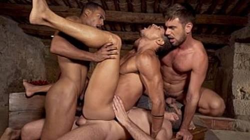 Suruba entre machos roludos metendo ate gozar
