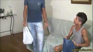 Gay metendo gostoso com entregador que adora fuder um cuzinho
