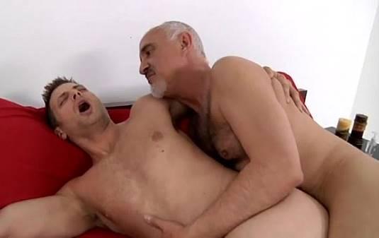 Dotado velho gay comendo a bunda do garoto novinho