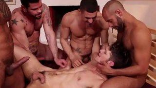 Homem dando o rabo pra vários machos ao mesmo tempo